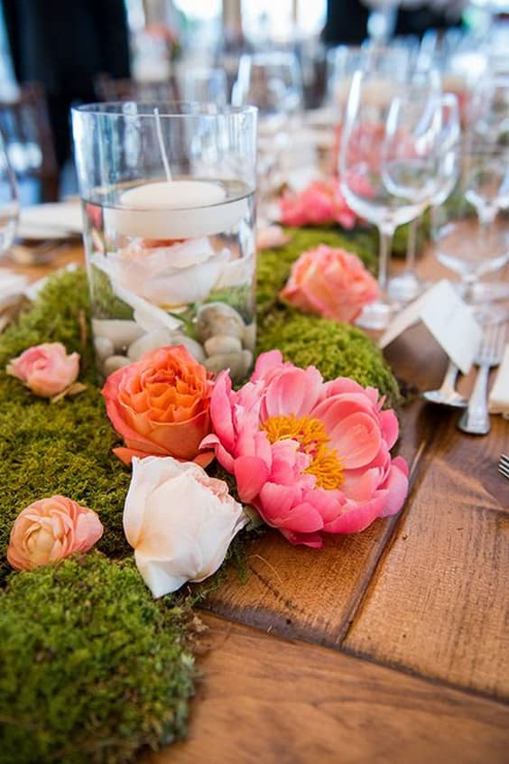 Organic-centerpieces-made-with-peonies-and-moss-min