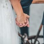 sposi si tengono per mano